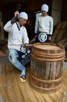 弟子の伊藤さん(右)に技術を教える原田さん=阿南市福井町古毛