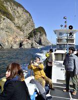 海岸線を巡る「うみがめマリンクルーズ」。月1回の定期便を始める=2014年1月、美波町の日和佐港沖