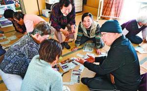 「まわしよみ新聞」を作っていると会話が弾む=鳴門市大津町の吉永集会所