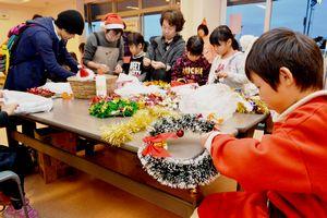 リース作りに挑戦する子どもたち=阿波市土成町の土成保健センター