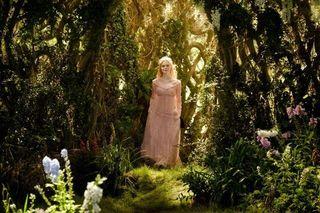 エル・ファニングたっての希望で実現 ピンクのドレス姿のオーロラ姫