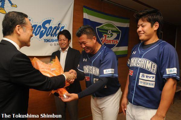 知事から花束を贈られる徳島インディゴソックスの養父監督(右から2人目)=県庁