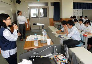 林さん(左端)らから中国語を学ぶ生徒=6月、徳島市立高