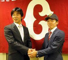 仮契約を済ませ、渡辺スカウト(左)と握手する増田=徳島市のホテルクレメント徳島