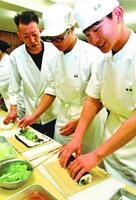 恵方巻きを試作する小松島西高生ら=小松島市の同校