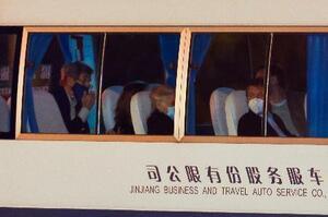 14日、上海で米国のケリー大統領特使を乗せてホテルに到着する車両(ロイター=共同)