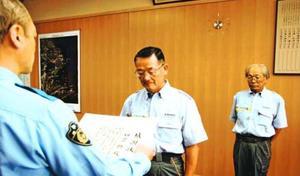 感謝状を贈られる四宮さん(中)と田上さん(右)=阿南署