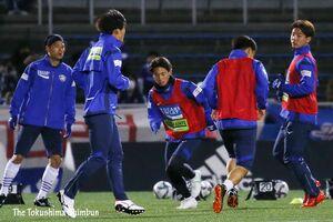 今季初勝利に向けて、試合前のアップをする徳島の選手たち=横浜市のニッパツ三ツ沢球技場