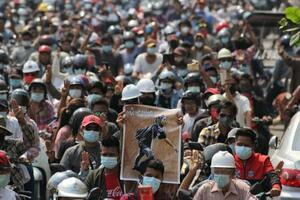 4日、ミャンマーのマンダレーで死亡した女子学生の葬儀に集まった人々(ロイター=共同)