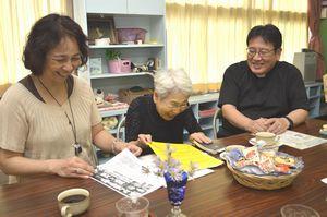 がんカフェの運営について話し合う小林さん(右)ら=徳島市幸町3の徳島インマヌエル教会