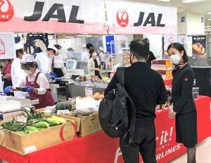 日本航空が空輸したトウモロコシなどが並ぶ京王百貨店新宿店の売り場=7日