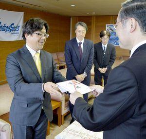 飯泉知事に目録を手渡す徳島バナナの加藤社長(左)=県庁