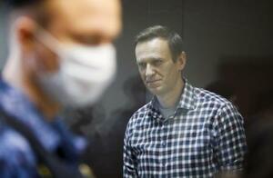ロシア・モスクワで開かれた裁判に出席した反体制派ナワリヌイ氏(右)=2月20日(ロイター=共同)