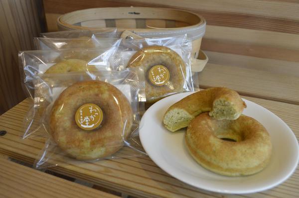 新発売のオクラ入り焼きドーナツ=徳島市のわっか堂