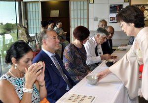 香り高い抹茶を味わうサギノー市訪問団のメンバー=徳島城博物館