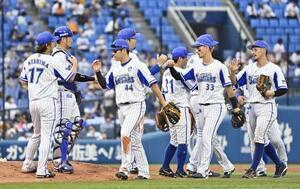 巨人に連勝し、タッチを交わす佐野(左から3人目)らDeNAナイン=横浜