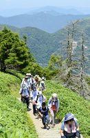 剣山の山頂に向かう登山客=山頂付近