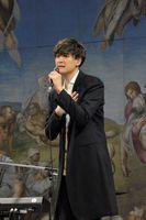 システィーナホールで熱唱する海蔵さん=鳴門市の大塚国際美術館