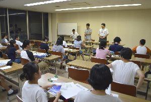 豪訪問直前のオリエンテーションで、説明を受ける中学生ら=美波町役場
