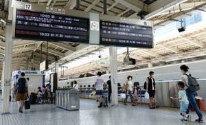 4連休の初日、利用客がまばらなJR東京駅の新幹線ホーム=22日午前