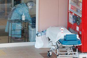 感染確認を受け、高齢者施設を調べる職員=12日午後3時ごろ、徳島市八万町