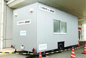 県が導入した移動式PCR検査施設=徳島市の県立中央病院