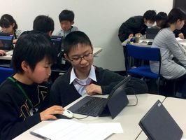 小学生に操作のアドバイスをする下川さん(中央)=三好市池田町マチの三好教育センター