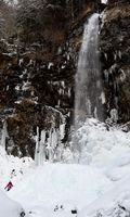 滝からの水しぶきが凍りついてドーム状になった滝つぼ=那賀町木頭北川