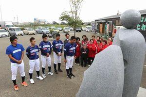89番野球寺に日本一になったことを報告する養父監督ら=阿南市那賀川町