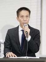 記者会見するリクルートキャリアの小林大三社長=26日午後、東京都千代田区
