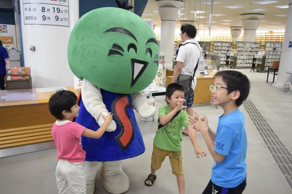 イベントで子どもたちと触れ合いを深めるすだちくん=徳島市八万町向寺山の徳島県立図書館