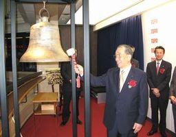 上場記念の鐘を打つニホンフラッシュの高橋社長=東京・日本橋の東証
