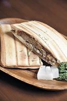 牛100%パティのハンバーガー(630円)。チーズ入りは680円。