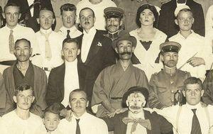 俘虜演芸会で写真に納まるエンゲル・オーケストラの楽団員ら。2列目の左から3人目が松江所長=1919年10月12日、徳島市の新富座(鳴門市ドイツ館提供)