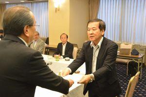 遠藤市長(左)に意見書を提出する山中会長=徳島市のホテル千秋閣