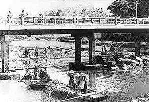 橋脚の補強工事の様子=1949年、牟岐町(大竹組提供)