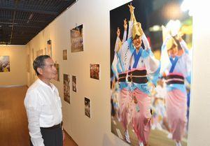 徳島市の阿波踊りの魅力を伝える写真展=同市の阿波銀プラザ