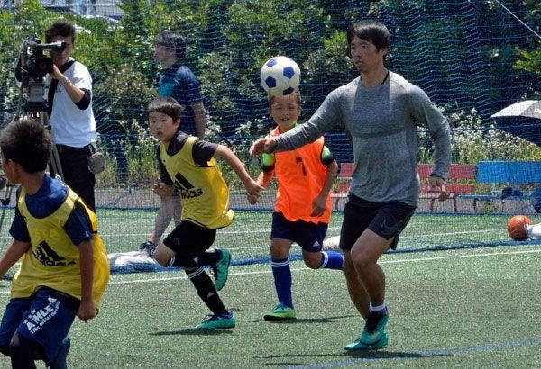 子どもたちとミニゲームを楽しむ塩谷選手(右)=徳島市東沖洲のシーサイドフットサル