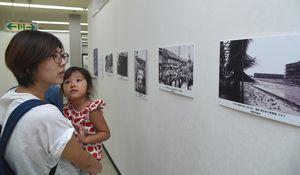 戦後の県内の風景が並ぶ写真展=鳴門市のキョーエイ鳴門駅前店