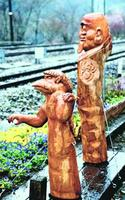 大歩危駅に設置されたエンコ(手前)と一つ目入道の木彫り像‖三好市の同駅
