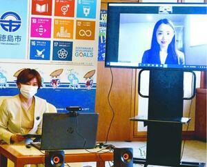 内藤市長(左)にオンラインで寄付の報告をする尾熊代表=徳島市役所