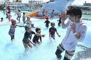 幼児用プールで水遊びを楽しむ園児ら=徳島市の田宮公園プール