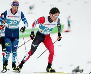 距離男子50キロクラシカルで力走する宇田崇二(右)=オーベルストドルフ(共同)