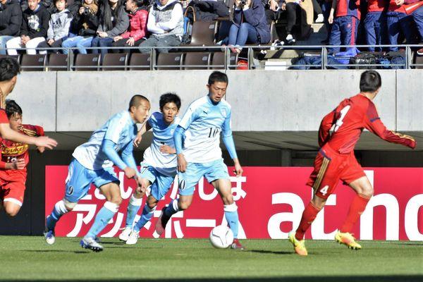 後半、相手陣内に攻め込む岡(左)ら徳島市立の選手=千葉市フクダ電子アリーナ