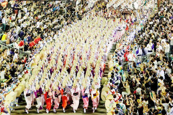 阿波おどり振興協会の総踊り=南内町演舞場(2017年)