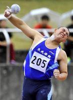 男子砲丸投げ決勝 15メートル73で優勝した生光学園の三田=高知県春野陸上競技場