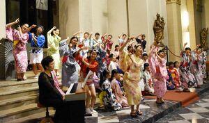 浴衣姿で徳島や日本の歌を披露した徳島少年少女合唱団員=ラーンシュタイン市
