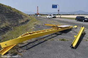 事故の後、切り離されて撤去されたゲート=8日午後0時半ごろ、徳島市上助任町