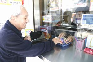 年末ジャンボ宝くじを買う客=徳島市東船場町1のみずほ銀行徳島支店の売り場