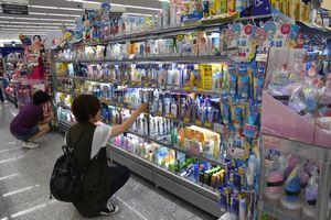 日焼け止めを選ぶ買い物客=徳島市沖浜のチャーリー沖浜店